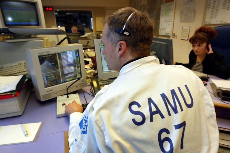 Des agents répondent à des appels au SAMU