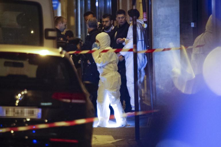 Un membre de la police scientifique sur les lieux de l'attaque au couteau à Paris le 12 mai 2018
