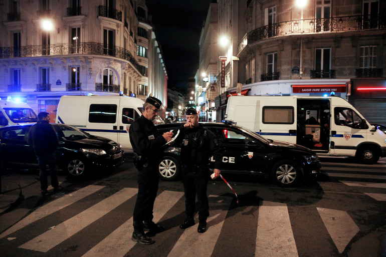 Des policiers lors de l'attaque au couteau à Paris, le 12 mai 2018