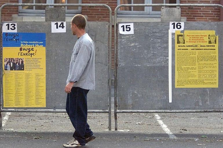 Un passant regarde les panneaux de la campagne électorale européenne, le 5 juin 1999 devant une annexe de la mairie de Toulouse