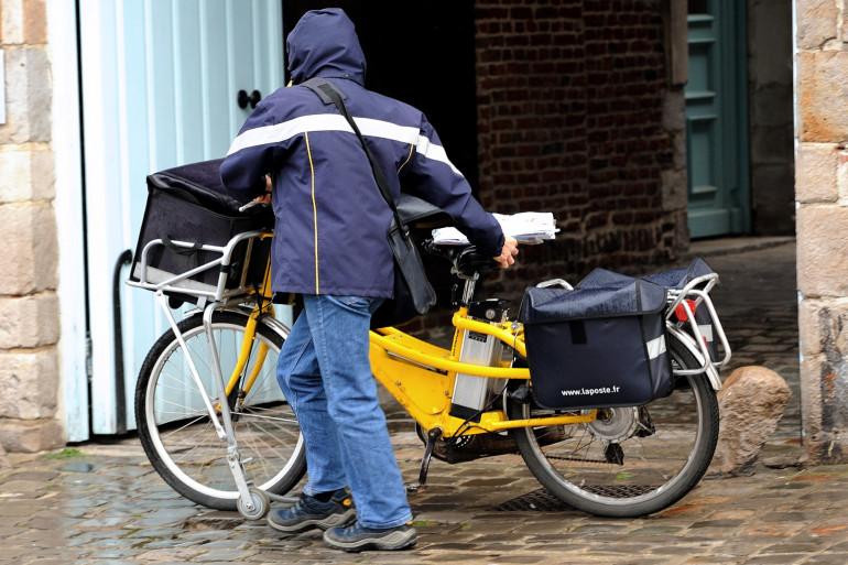 Un facteur lors de sa tournée en vélo (photo d'illustration)