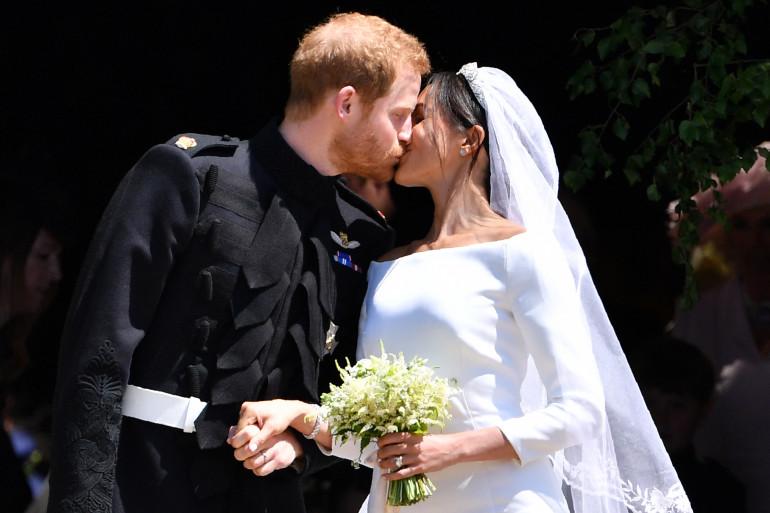 Meghan Markle et le prince Harry échangent un baiser à l'issue de la cérémonie de mariage