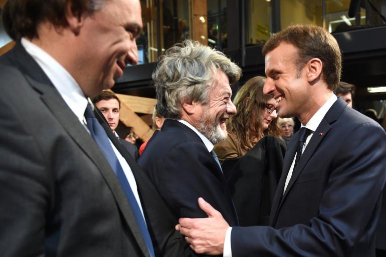 Poignée de main chaleureuse entre Emmanuel Macron et Jean-Louis Borloo mardi 14 novembre à Tourcoing, à l'issue d'un discours du chef de l'État sur la politique de la Ville