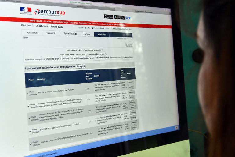 Une lycéenne regarde ses résultats sur Parcoursup
