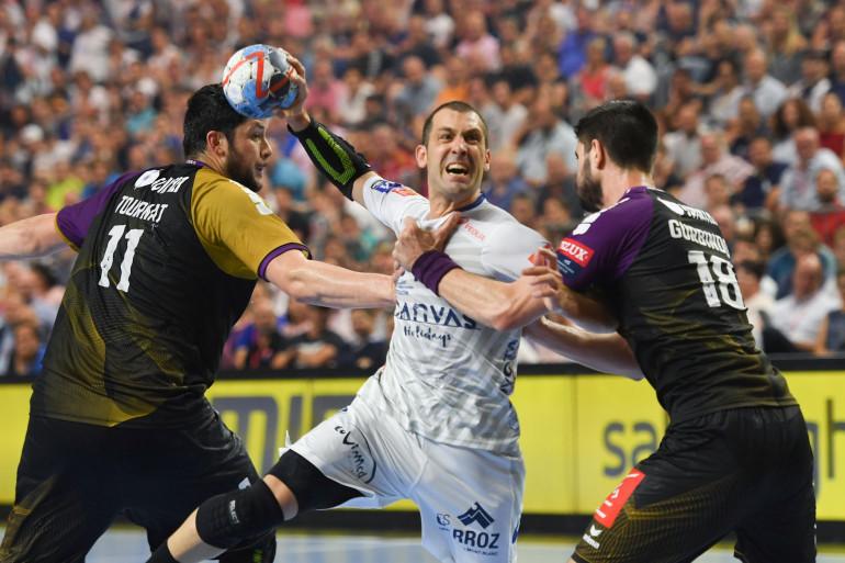 Le handballeur montpelliérain Michael Guigou et les deux Nantais Nicolas Tournat et Eduardo Gourbindo dimanche 27 mai 2018 au soir de la finale de la Ligue des Champions de handball à Cologne (Allemagne)