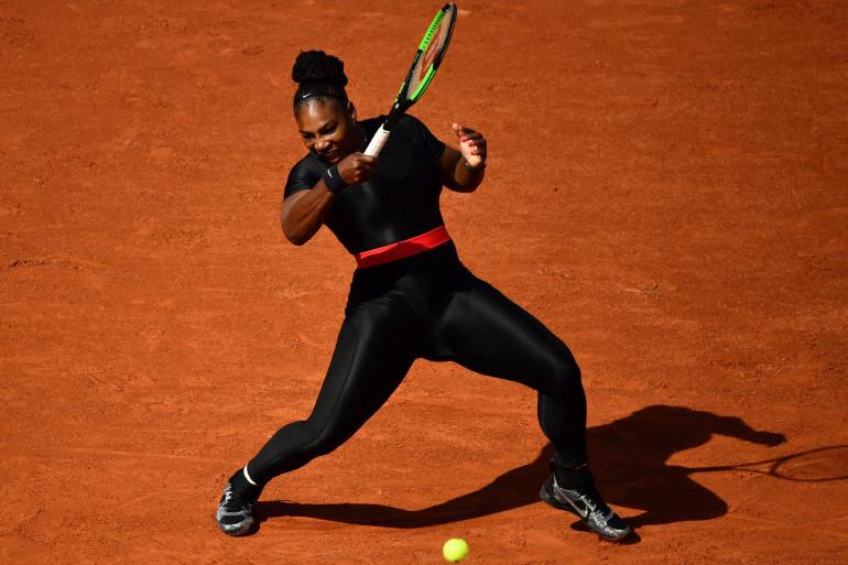 """Serena Williams a """"l'impression d'être une super-héroïne"""" dans sa nouvelle tenue noire et ceinture rose."""