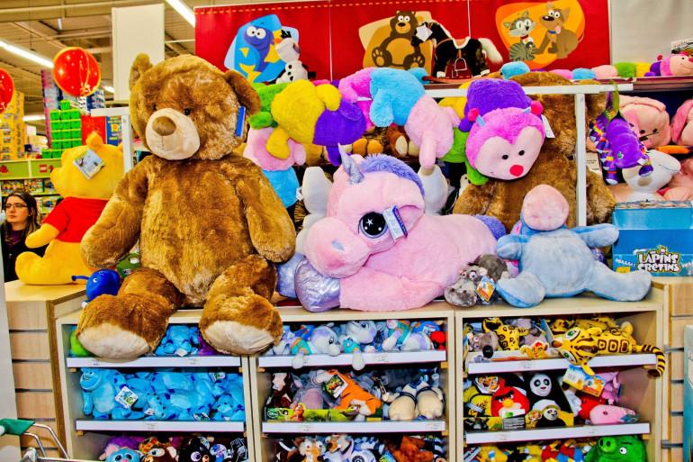Des jouets en peluche dans un magasin de jouets (Illustration)