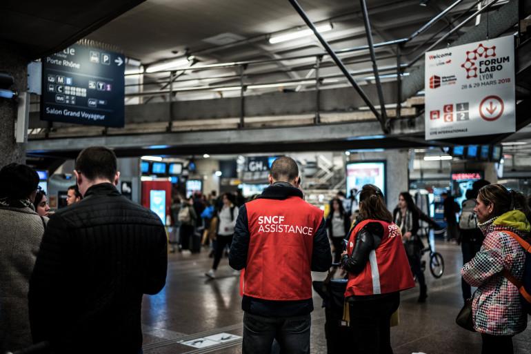 Des assistants SNCF orientent les usagers en gare de Lyon-Part-Dieu lundi 2 avril 2018 (illustration)