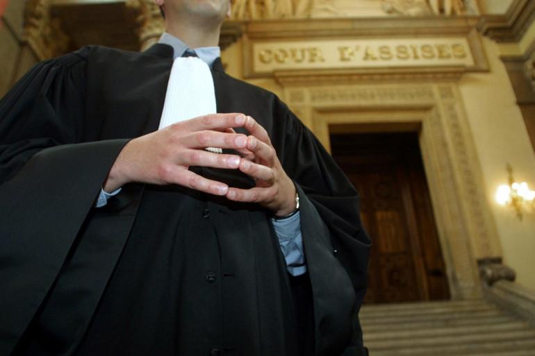 Un avocat devant l'entrée d'une cour d'assises (illustration)