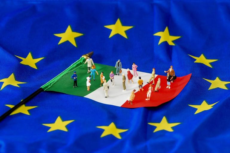 L'image d'un drapeau italien sur fond d'une drapeau de l'Union européenne (Illustration)