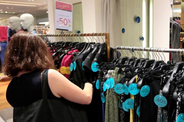 Une cliente dans un magasin de vêtements parisien (illustration)