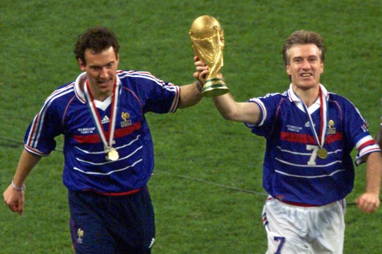 Laurent Blanc et Didier Deschamps avec le trophée de la Coupe du Monde, le 12 juillet 1998