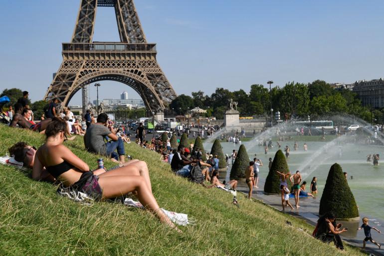 Des Parisiens tentant de se rafraîchir pendant la canicule (illustration)