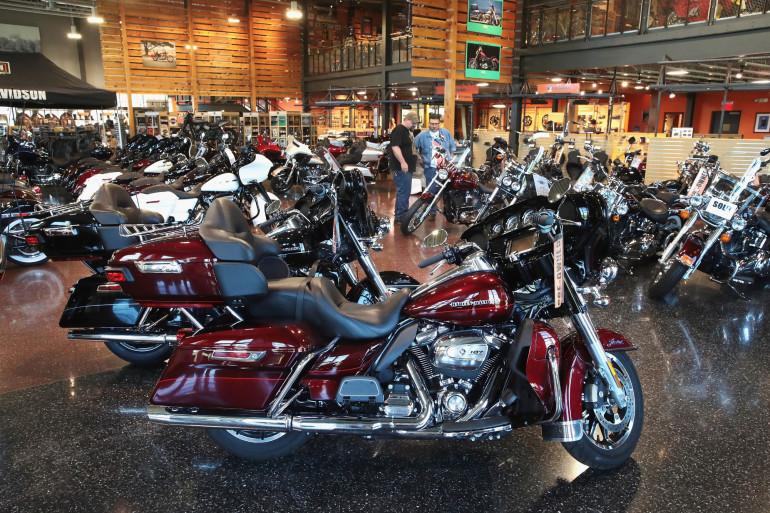 Des motos dans une concession Harley Davidson dans le Wisconsin