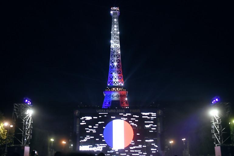 La Tour Eiffel aux couleurs de la France.
