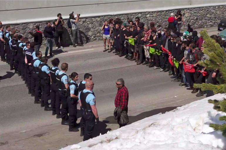 Des militants pro-migrants font face aux forces de l'ordre à Montgenevre (Hautes-Alpes) le 22 avril 2018.
