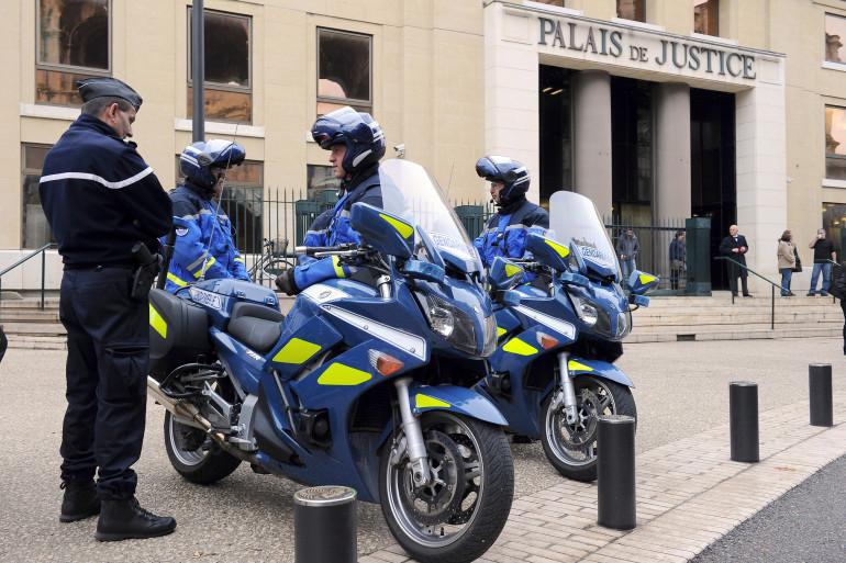 Des policiers devant le palais de justice de Nîmes