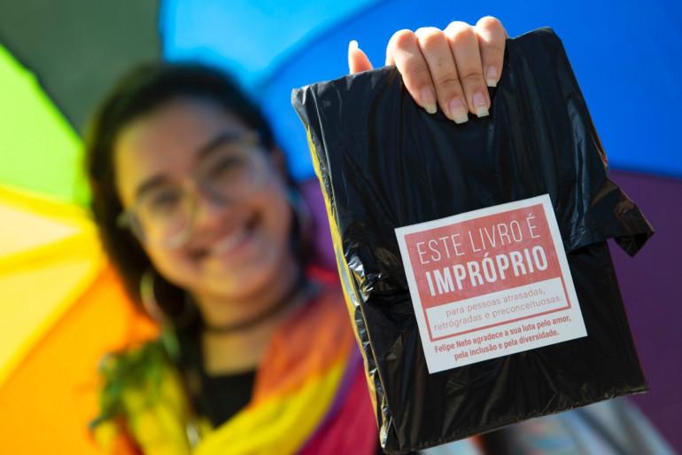 Un exemplaire de la BD censurée par le maire Marcelo Crivella, lors de la Biennale du livre de Rio, en septembre 2019.