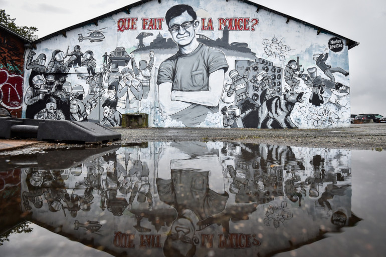 Une peinture murale représentant Steve Maia Canico, un jeune fan de techno disparu lors d'un raid de police controversé, photographiée le 30 juillet 2019 à Nantes.