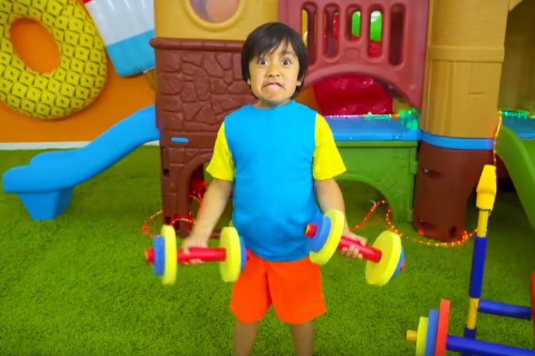 Le jeune Youtuber teste des jouets sur sa chaîne Youtube