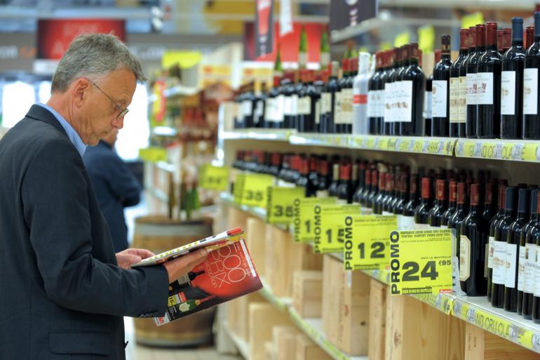 Un homme dans un rayon de supermarché pendant la foire aux vins