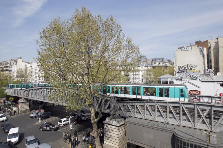 Le métro parisien près de Barbès-Rochechouart, le 22 avril 2010