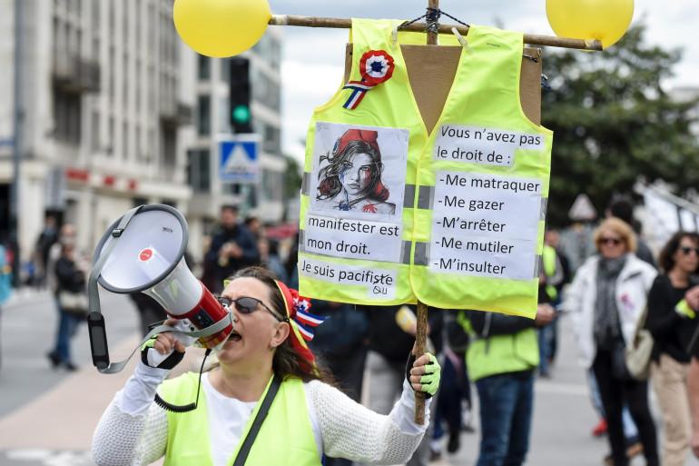 """Une """"gilet jaune"""" lors d'une manifestation à Nantes (mai 2019)"""