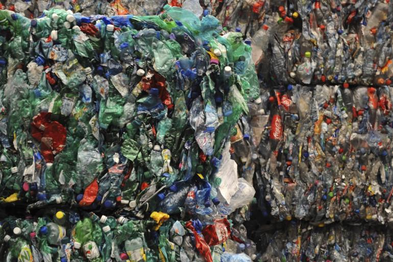 Des bouteilles en plastique compactées dans le centre de traitement des déchets recyclables de Bègles (2008)