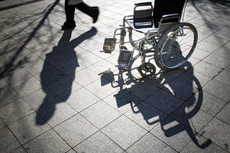 Vue d'une chaise roulante placée par l'Association des paralysés de France (APF), le 11 octobre 2005