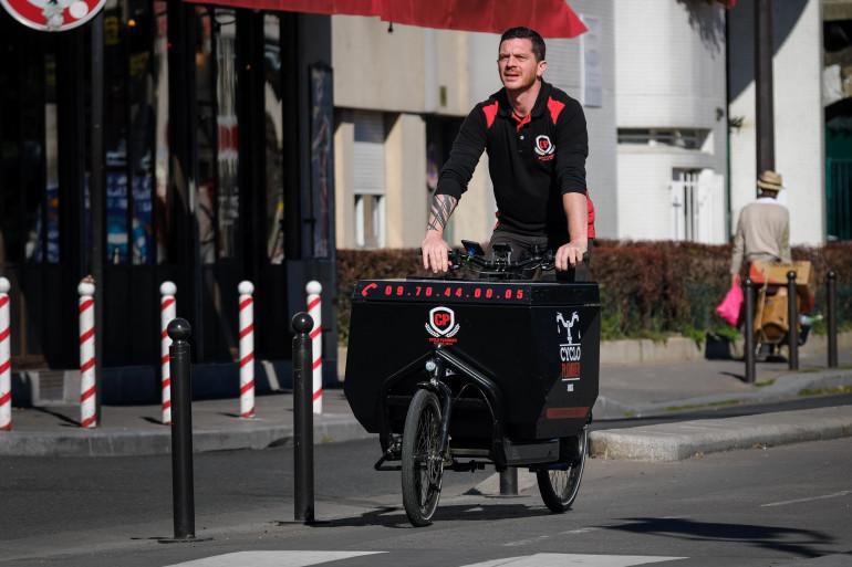 Le plombier Elian Aluyn dans les rues de Paris
