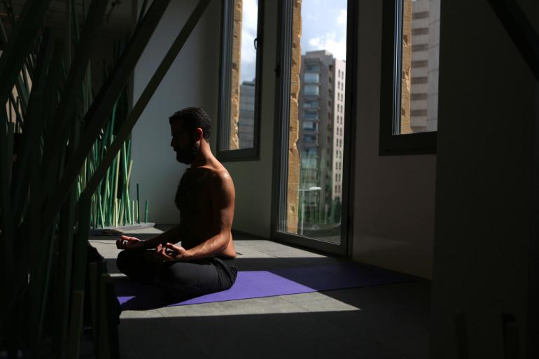 Un homme pratique le yoga (illustration)