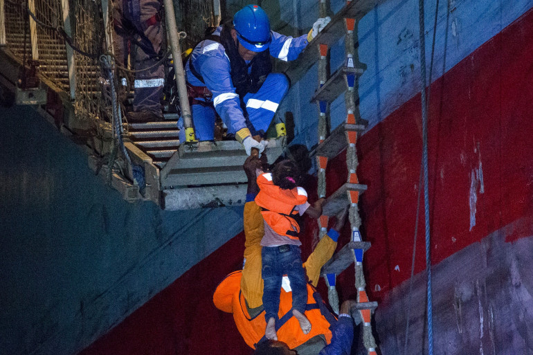 Un enfant est débarqué du cargo danois, le 22 juin en Sicile.