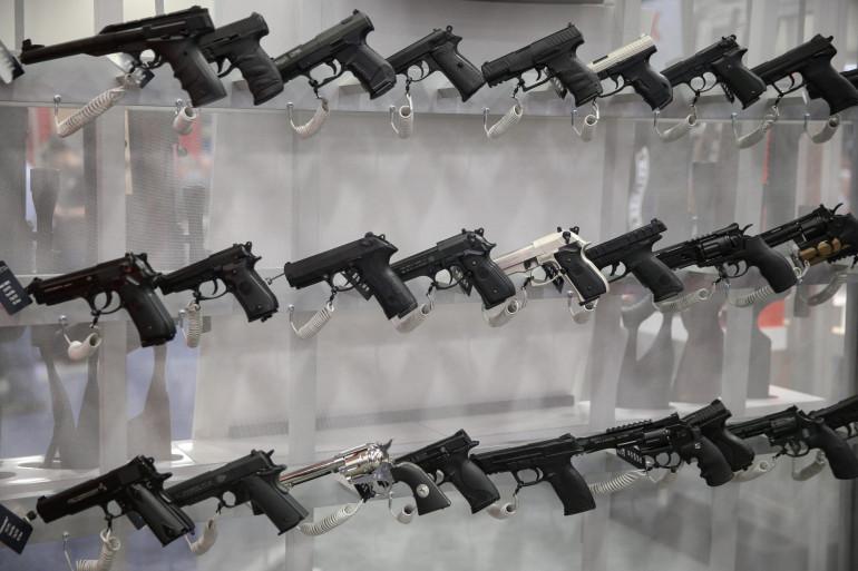 Des armes exposées lors d'une convention de la NRA, le 6 mai 2018 à Dallas