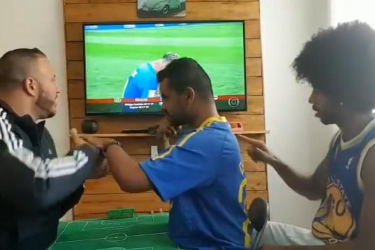 Un supporter brésilien sourd et aveugle vit le match grâce à ses amis