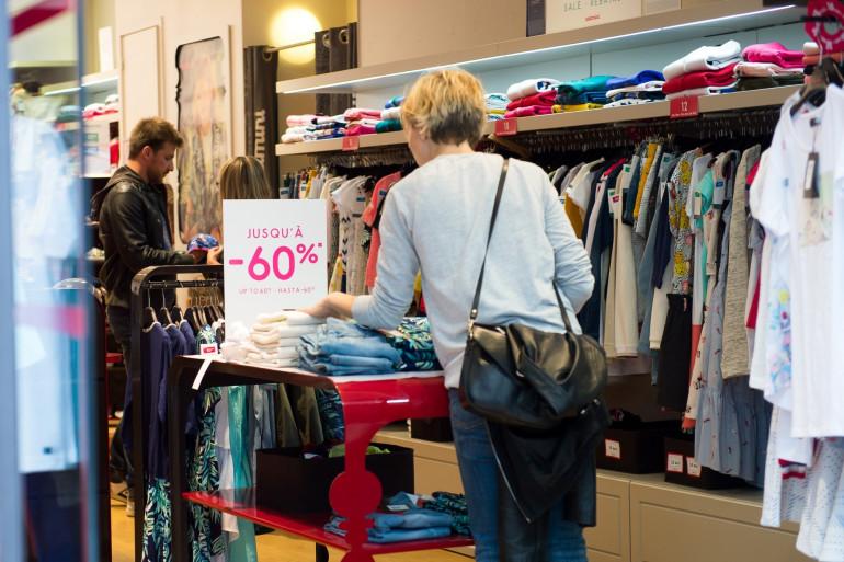Des clients dans un magasin de vêtements, le 28 juin 2017 à Paris (Illustration)