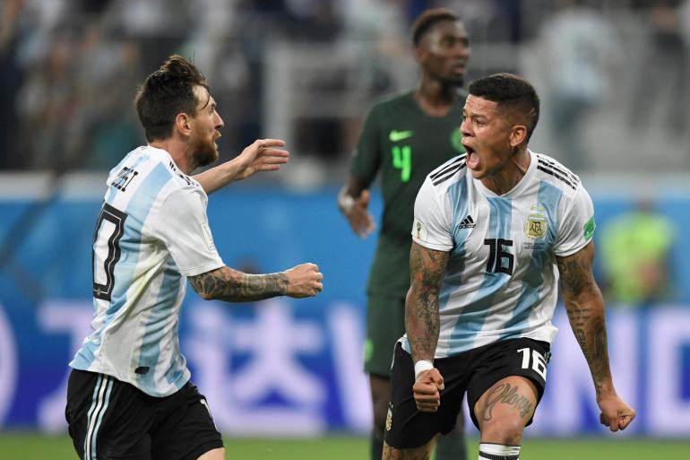 Marcos Rojo célèbre son but face au Nigéria avec Lionel Messi, le 26 juin 2018