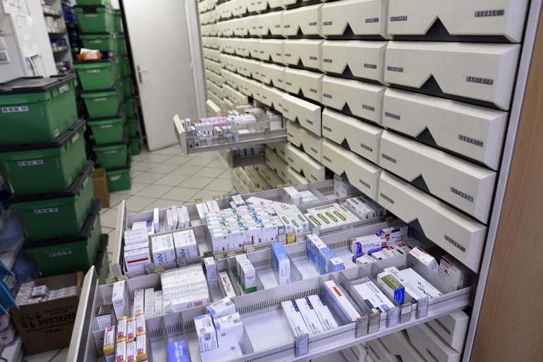Des boîtes de médicaments dans une pharmacie de Paris (illustration).