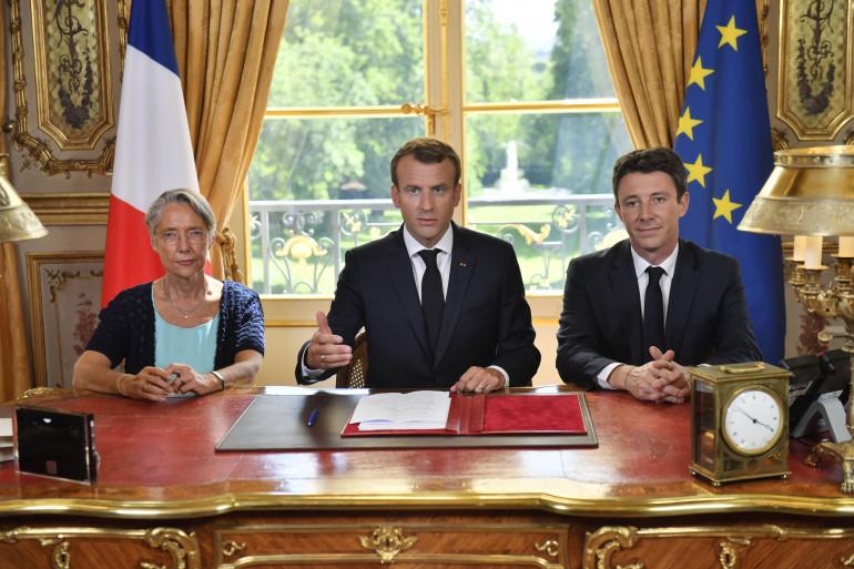 Elizabeth Borne, Emmanuel Macron et Benjamin Griveaux lors de la signature de la réforme SNCF le 27 juin 2018