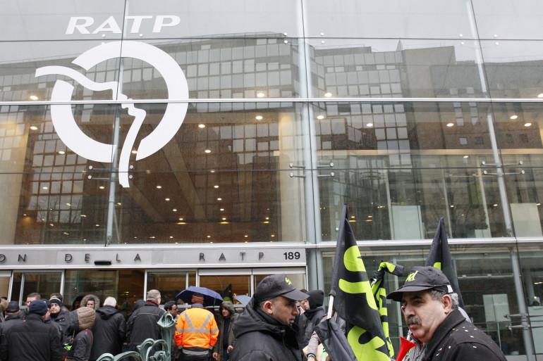 Des grévistes devant le siège de la RATP, en 2016