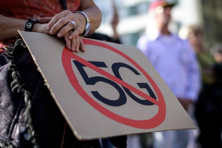 Une grande manifestation contre la 5G a eu lieu devant le Parlement suisse à Berne, samedi 21 septembre