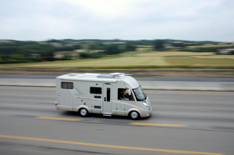Un camping-car sur la route (illustration)