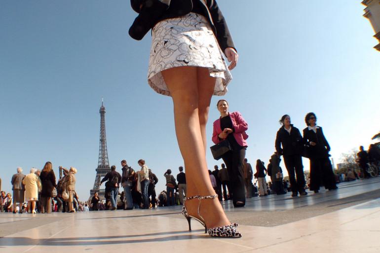 Une femme portant une jupe (illustration)