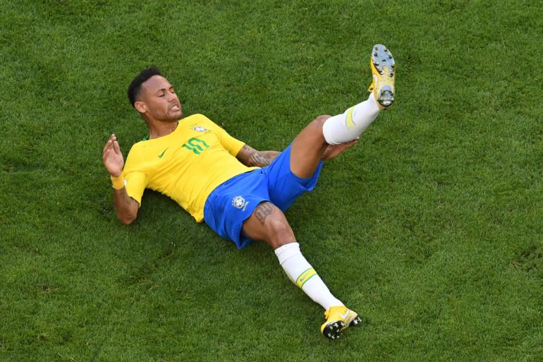 Le Brésilien Neymar au sol lors du match avec le Mexique, le 2 juillet 2018