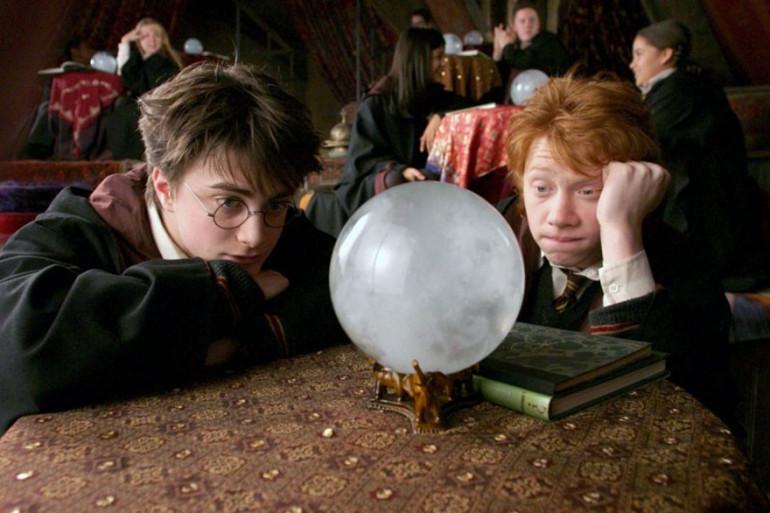 Harry Potter et son ami Ron en plein cours de divination à Poudlard