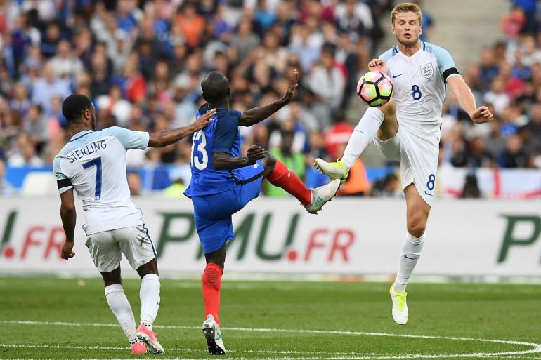 Le Français N'golo Kanté dispute la ballon à l'Anglais Eric Dier lors du match amical France-Angleterre au Stade de France, le 13 juin 2017