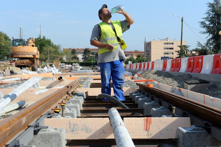 Un ouvrier travail sur un chantier à Toulouse, pendant l'été 2009.