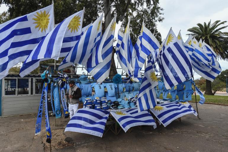 Des drapeaux de l'Uruguay en vente dans les rues de Montevideo, le 4 juillet 2018