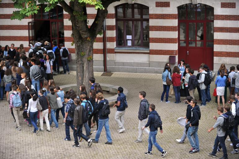 Une cour de récréation dans un collège en France (illustration)