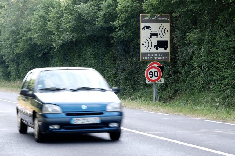 Une voiture passe devant un panneau indiquant des contrôles radars, le 1er juillet 2018 à Nonant le Pin.