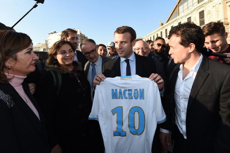 Emmanuel Macron tient un maillot de l'OM floqué à son nom